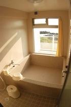 各部屋に大きなお風呂があります。