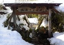 玄関門 雪