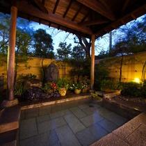 ■庭園露天風呂(夜)■麦飯石・四季の木々が広がる庭園露天風呂。リラックス効果を高め疲労回復に◎