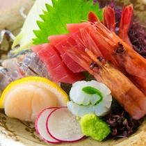 三河湾をはじめとし、近海で獲れた新鮮な旬の魚貝を盛り込んだお刺身の数々。