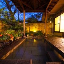 ■庭園露天風呂(夜)■四季折々の風景を眺めながらたっぷりの湯で、1日の疲れをゆっくりと癒して下さい