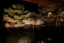 夜にはライトアップされた庭を眺めながら静謐の時間をお飲み物とともに