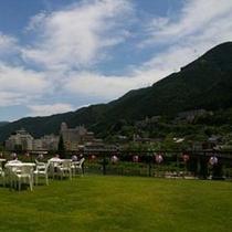 大空の下、1,100坪の日本庭園で夏を楽しむビアガーデン会場
