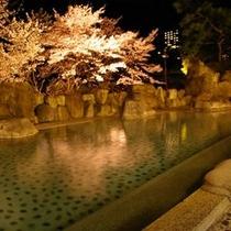 夜桜のライトアップ露天風呂