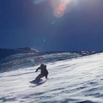 日差しの下でスノーボード
