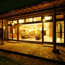 *【庭園より眺めるロビー】伝統と格式がつちかう優雅さに感動に包まれる空間