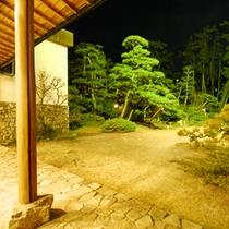 *日本庭園の庭園の中心に石舞台があり、能が行われることも