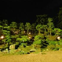 *日本庭園は、夜になると優しくライトアップしています
