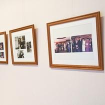 *【ギャラリー】女将と親交のある有名人との写真が飾られています