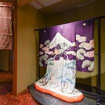 *【館内】羽衣伝説を描いた着物を飾っています
