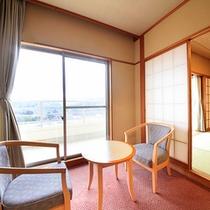 ひのき亭…広めの和室にリビングスペース(広縁)。高層階から田園や自然が広がります