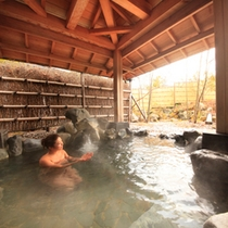 露天風呂『湯の舞の湯』…日本庭園と水音が目に耳に心地よい癒やしを感じて頂けます