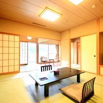 清涼館…全室南向き、全室角部屋構造で日当たり良好。窓からは自然が広がります