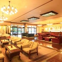 ロビー…ロビーはチーク材の板張り。絨毯が多い中、大正浪漫あふれるクラシカルな雰囲気が好評です。