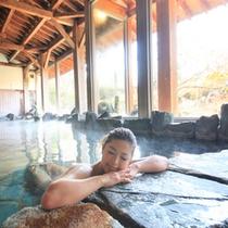 大浴場『神嘗の湯』…湯船は縦に長く、3種類の湯温(42・40・39℃)が選べます