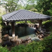 露天風呂(夏)…新緑が眩しい夏は目にも優しく毎日が温泉日和です