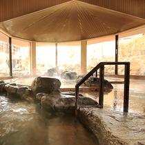 大浴場『湯の舞の湯』…天然岩で造られた湯船は3種類の湯温(42・40・39℃)が選べます