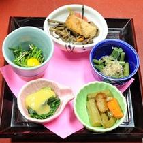 *【山菜プラン】様々な山菜を盛り込んだ「山菜5種類入り山菜かご」。里山・春の味覚をご堪能ください。