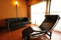紺碧彩のソファーとデザイナーズチェア