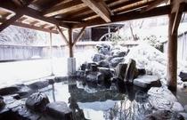 雪景色の露天風呂 岩