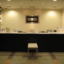 24時間体制のフロント。深夜の入館はカードキー対応でセキュリティにも安心。