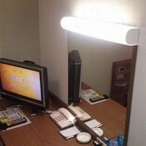 デスク灯(十分な明るさがございます。別途電気スタンド貸しもございます)