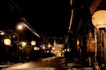 古い街並み提灯ライトアップ