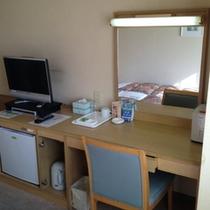 シングルハイクラス2のお部屋はデスクが大きめです。