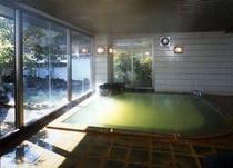 緑色の神秘的な温泉 大浴場「弘法の湯」殿方湯