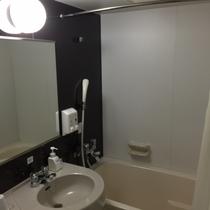 【ツインルームの浴室】バスタブは縦約105センチ横65センチです。