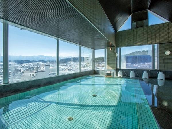 外の景色も楽しめるガラス張りの大浴場