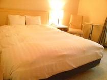 ダブルベッドはゆったり幅150cm、オリバー社製の快適ダブルベッド!拘り寝具のデュベスタイルです。