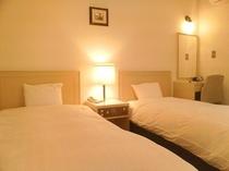 全室にオリバー社製快適ベッド使用。クローゼッド・ドレッサー・全身鏡・加湿機能付空気清浄機を完備♪拘りのフカフカ羽毛掛け布団デュベスタイルです。