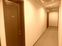 ▼2階の客室フロアーの廊下の様子です。こちらもホテルを意識した落ち着いた雰囲気です。