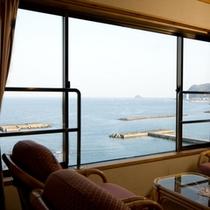 別館6階の露天風呂付客室からの海景色。窓越しに海を眺めながら癒しのひと時を…