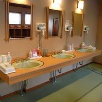 本館6階大浴場「銀河」の脱衣所。ドライヤー以外にも化粧水などアメニティも充実★