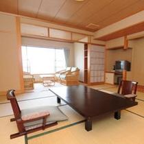 【露天風呂付き客室】12.5畳の広々とした和室は畳の香りが癒しを与えてくれます。