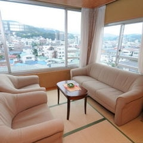 【街側12畳タイプ】のお部屋からは伊東市内の街並みや山々をご覧いただけます。