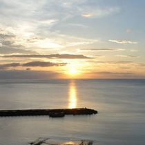 春から夏にかけては水平線からの朝日をご覧いただけます。