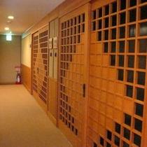 別館6階、露天風呂付客室への入り口は通常のお部屋タイプとは雰囲気が違います。