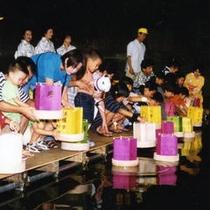 毎年8月8日に松川にて灯篭流しが行われます。