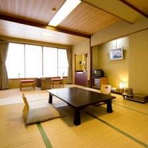 価格がお得な【街側10畳のお部屋(バス・トイレなし)】5・6名様でも十分な広さのお部屋。