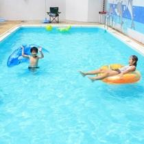 夏季限定の川沿いのさわやかな空気が心地いい屋外プール。