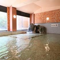 あつ湯とぬる湯がある大浴場のほか、露天風呂もあります