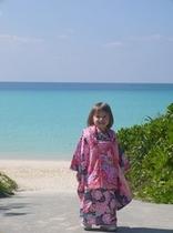 海外のお客様も記念写真着物で海!ミスマッチ?いいえ、素敵です。