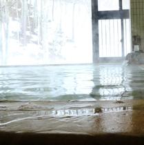 ◆男湯の様子◆赤茶色の【湯の花】を肌にすり込めば♪美肌効果抜群。