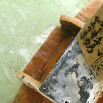 パイプから出ているお湯は、100%新鮮な天然温泉ですので、飲泉には効果があります。