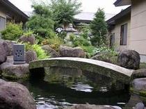 17. 玄関から進むと中庭石庭「岩清水」が広がる