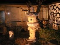 29. 中庭は夜間ライトアップされ、情緒いっぱい
