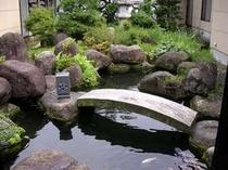 18. 手入れの行き届いた石庭「岩清水」